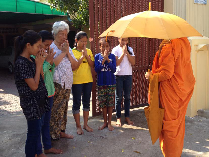 GIRLS & MONK OUTSIDE NEANG HOUSE2